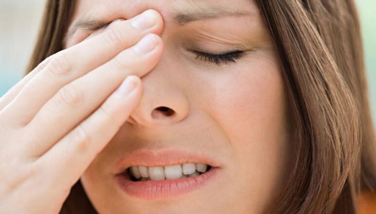 Давит на глаза изнутри и болит голова