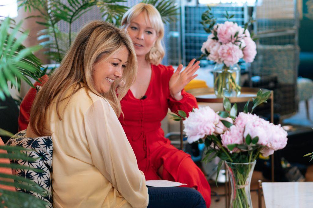 женщины радуются на цветы
