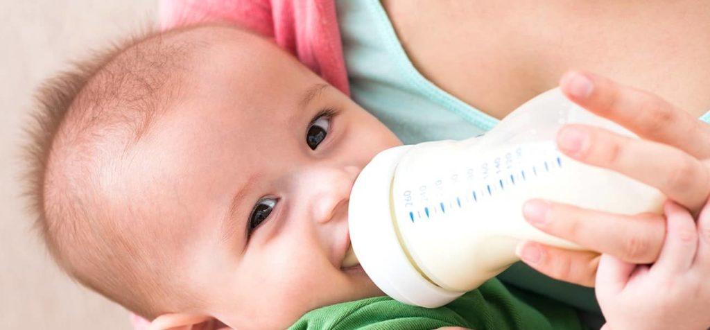 малыш кушает из бутылочки