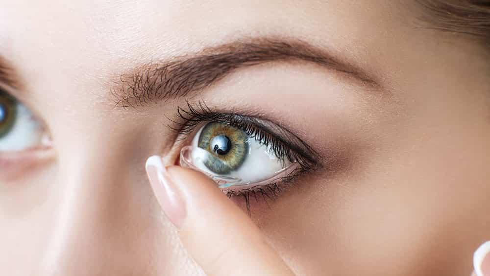 Почему может возникнуть аллергия при ношении контактных линз?